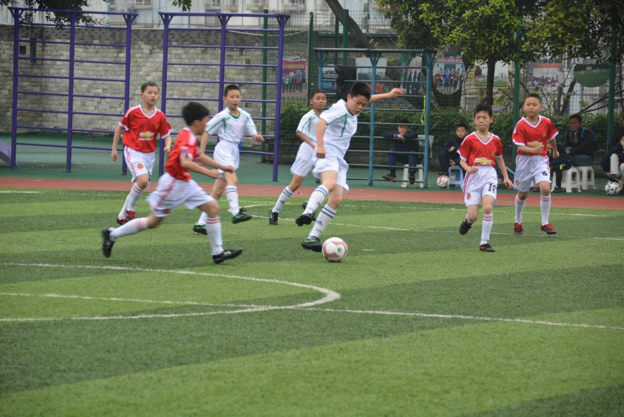 运动员们齐聚人和小学校,参加了两江新区2016年校园足球联赛的开幕式.