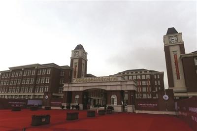(下转第二版)  (上接第一版)天津昆明路小学滨海学校位于北塘千岛湖路